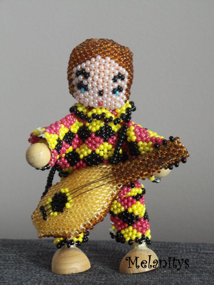Arlequin réalisé en tissage peyotte, du livre Personnages en perles de Murielle Bonnelles