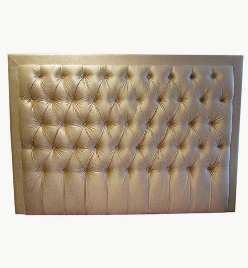 Specialtillverkad sänggavel, bredd 180 cm, höjd 125 cm. Avstånd mellan djuphäftade knappar ca 16 cm. Beslag för upphängning på vägg ingår i priset. Ballroom Blitz sammet från Nevotex. Färg: Nk-4443 #azdesign #sanggavel #huvudgavel #guld #sovrum #exklusiv #sammet
