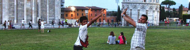 """¡Choca esos cinco en Pisa! (+Video) La Torre Inclinada de Pisa es una gran atracción turística; miles de personas van allí y se toman la famosa foto """"sosteniendo"""" a la Torre. ¿Pero cómo te ves fuera de la pantalla del móvil, cámara o en la foto impresa mientras posas?"""