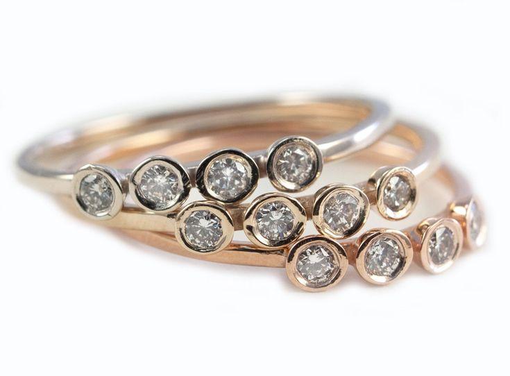 Description:  Cette belle, maigre bague en or comporte quatre unique, lumineux blanc SI 1.04 ct. diamants (un total de .16ct), située au sommet d'une bande légèrement texturé de 1.5X1mm or massif 14 K recycler. Un étonnant complet sur son propre, il semble incroyable lorsqu'ils sont empilés avec d'autres bandes maigres de ma collection de bijoux de Tula. Vous pouvez demander d'avoir des pierres de couleur au lieu de diamants.  Détails :  -14K or (comme indiqué) -.16ct diamants (SI 1,04 ct…