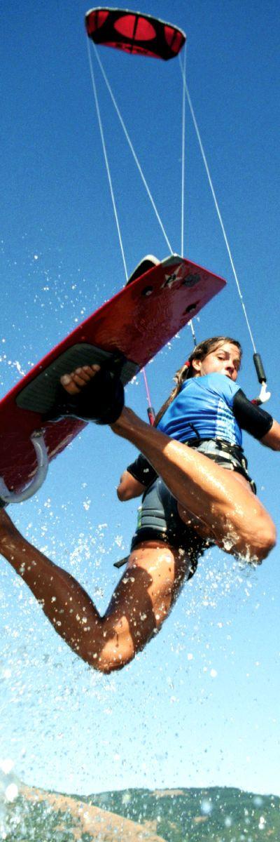 Lære kitesurfing | Kitesurfing er den siste trenden innen ekstremsport, følelsen av å surfe med en kite er helt uslåelig. Et grunnkurs i kitesurfing er hva man trenger for å komme i gang. Kiten brukes til å få vanvittig fart - surf og hopp ved hjelp av kitebrettet. En opplevelsesgave med fart i!