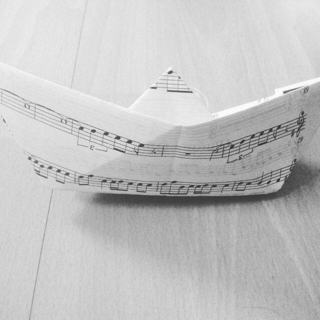 Papierschiff aus einem Notenblatt