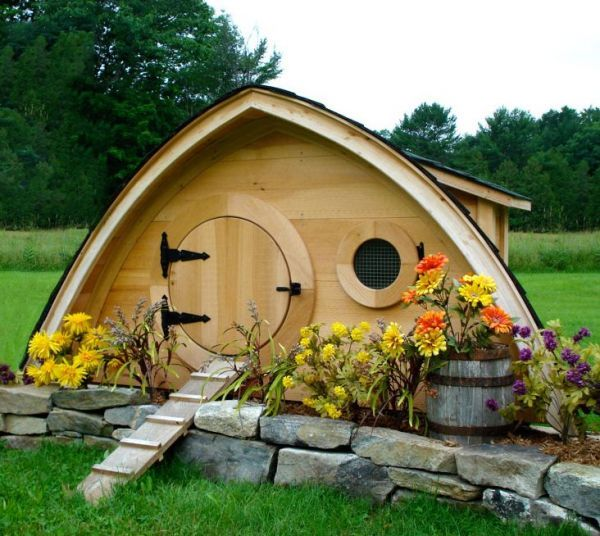 If I didn't already have a coop, I would so make a hobbit-style coop like this!