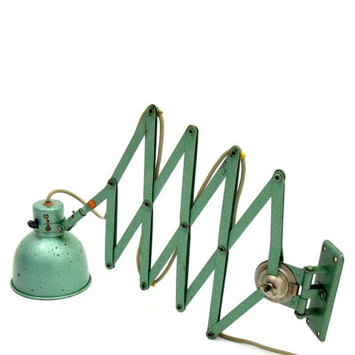 Lampa nożycowa vintage z lat 50-60. Ramię oraz klosz są wykonane z metalu. Przedmiot jest…
