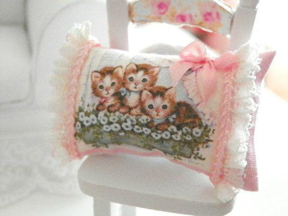 dollhouse shabby chic miniatures pillows por Mondinadollhouse
