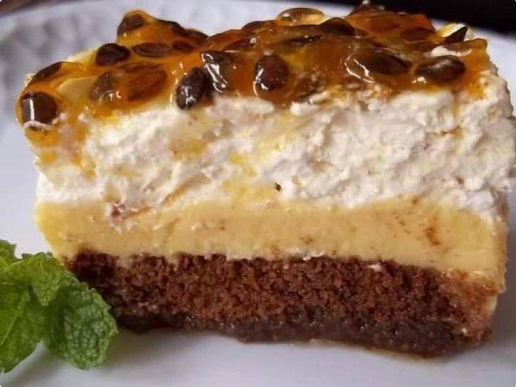 Pavês são sobremesas fáceis e simples de fazer. A Torta Pavê de Maracujá é esse misto de bolo com pavê, pois mistura a massa de bolo de chocolate com creme