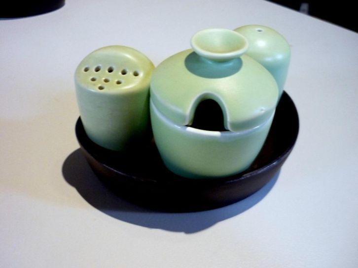 Zweitse Landsheer ontwerper bij Goedewaagen. Peper-. zout- en mosterdstel in de kleur mat licht groen. Productiejaar 1953
