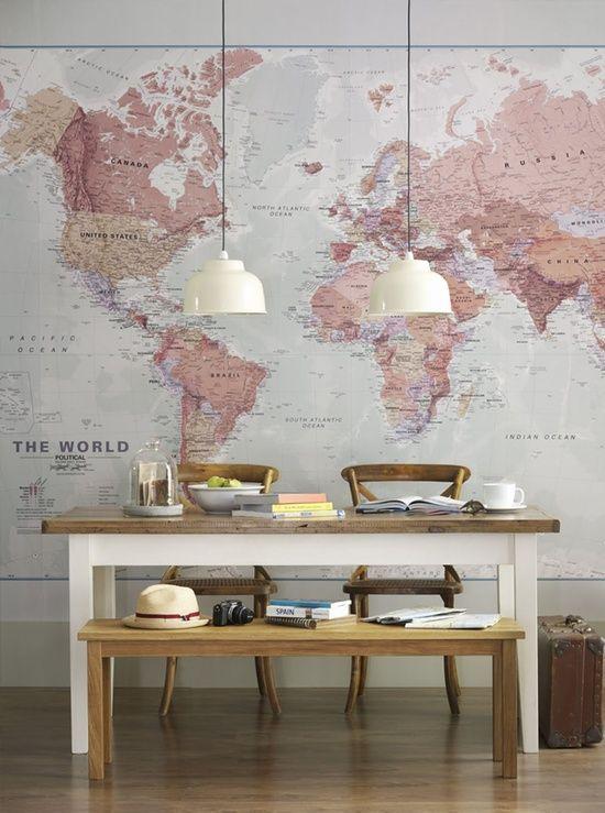 Grote wereldkaart op de muur in mooie kleurencombi. * Via Welke