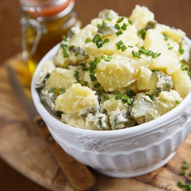Salade au poulet, pommes de terre et cornichons