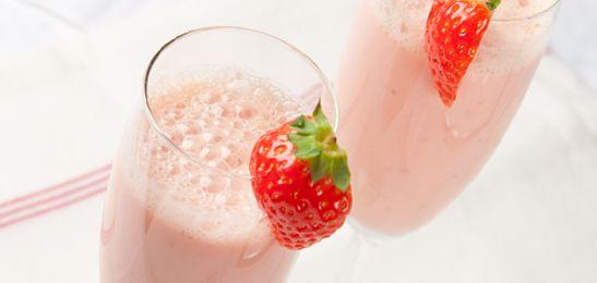 Slechts 3 ingrediënten: aardbeien, sinaasappel en magere yoghurt. En daardoor staat deze smoothie lekker snel op tafel.