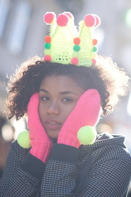 Fluorescencyjne rękawiczki z pomponami | SHOWROOM