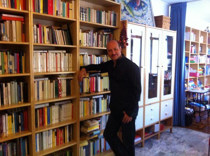 """""""biblioteca con autore"""". L'autore è lo scrittore Eraldo Affinati. Affinati è nato nel 1956 a Roma, dove vive e insegna. Il suo ultimo libro si intitola L'11 settembre di Eddy il ribelle (Gallucci). Ha fondato la scuola Penny Wirton destinata ai ragazzi stranieri in difficoltà. Da questa esperienza è nato il manuale Italiani anche noi scritto con Anna Luce Lenzi."""
