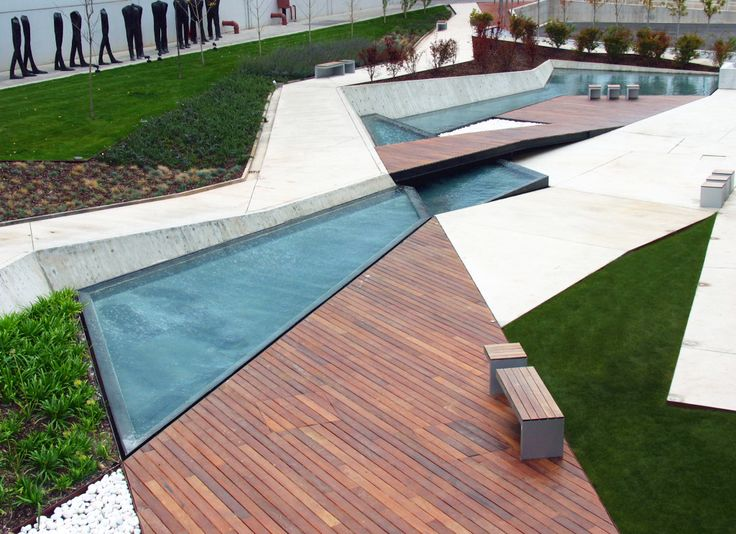 Jardines del Museo Würth La Rioja, irregular lines, widen and narrow, intersect and intertwine, and adapt to the solar topography. Volumes of  wood protrude from the ground, concrete walls and walkway like rocks become walking tours and rest areas