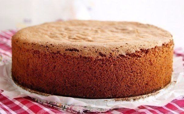 Lahodná medová piškóta     Môžete  ju  naplniť  len  karamelovým  salkom,  poliať  čokoládou  a  podľa  fantázie  dozdobiť..