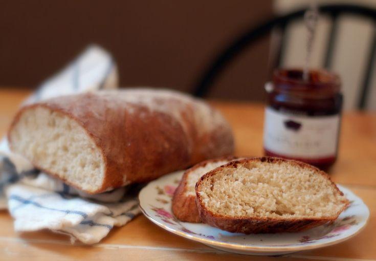 Min mamma bakade allt vårt bröd när jag växte upp - utan undantag. Frallor, franskt bröd (småländska för rostbröd), sirapsrutor och russinfrallor. Fint och lite Madicken-charmigt sådär, kan man tycka. Men jag såg det inte så då. Det fanns en period när jag tittade avundsjukt på mina klasskompisars m