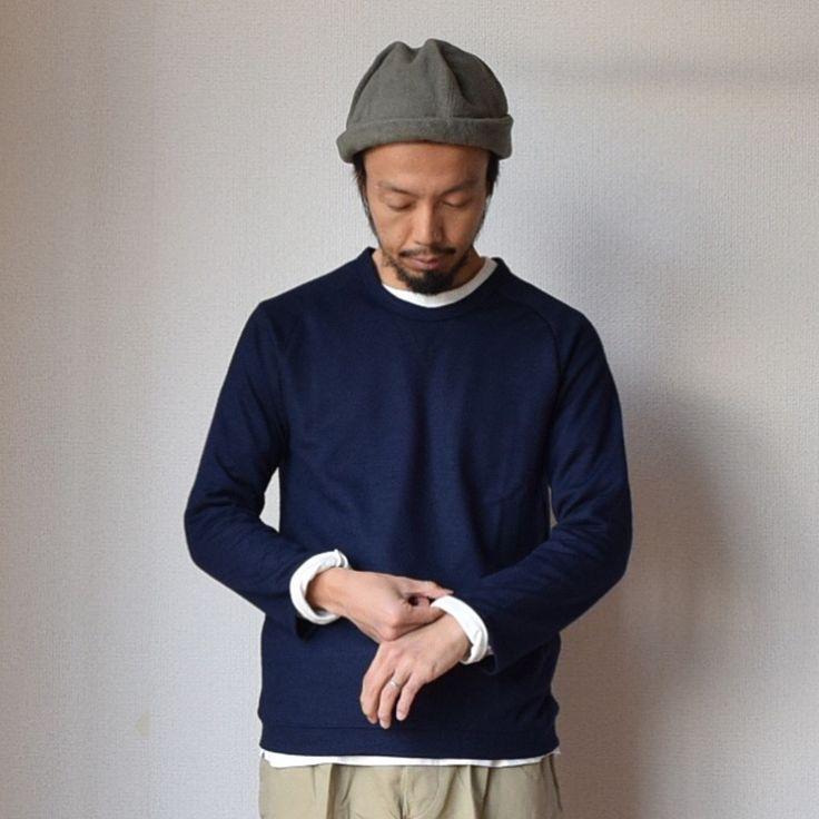 覚えていらっしゃいますかね。 9月にご紹介したReのウールニットTシャツ。サンプル生地を使用したことで国内産、国内縫製のウールトップスではあり得ないプライスを実現した一枚です。 ウールならではの品の良さもさることながらシャツやカットソーとレイヤードしやすいデザインが秀逸。特に九分丈に設定した袖は袖口のレイヤードが楽しめて、ご購入いただいた方の反応もすこぶる良いです。 既にブラックは完売、チャコールはまだ少しストックがあるのでおすすめです! ってだけの話ではないんです。 先月Reの直営店で開催された...