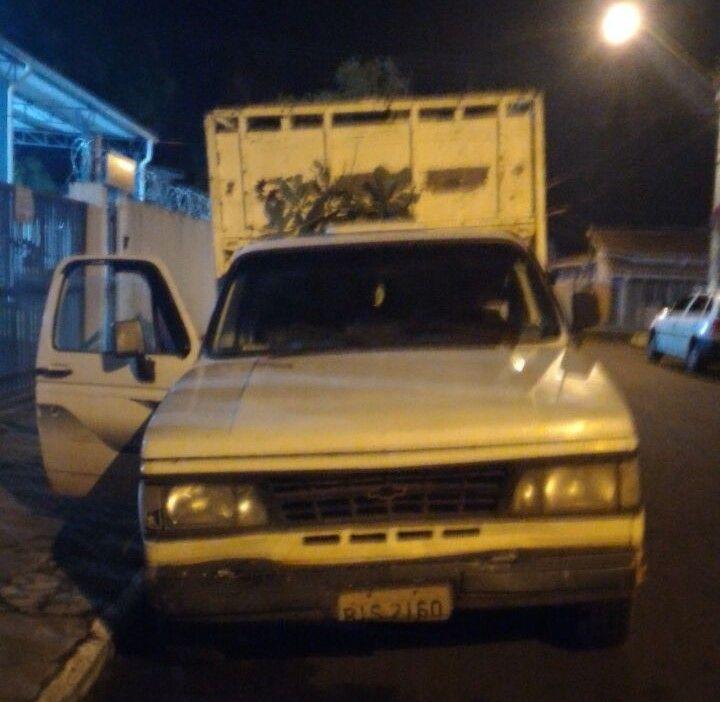 Homens são presos por embriaguez ao volante e direção perigosa na Cohab V -   A Polícia Militar de Botucatu prendeu dois homens na noite de domingo, 05, por direção perigosa, dano e por dirigiram embriagados. O primeiro infrator, na condução de uma caminhonete GM, colidiu com dois veículos na Rua Benedito Firmino Oliveira, Cohab V, sendo contido pelas próprias - http://acontecebotucatu.com.br/policia/homens-sao-presos-por-embriaguez-ao-volante-e-direcao-peri