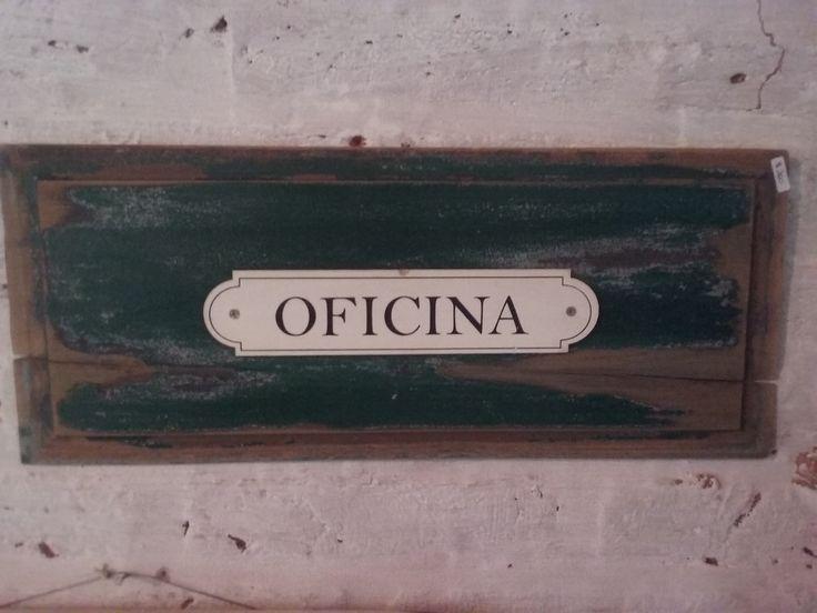 Cartel de madera. Oficina. Pieza de un postigo antiguo