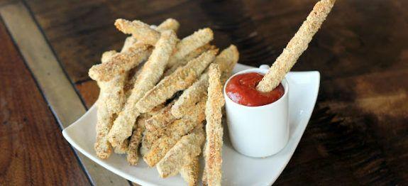 Een lekker koolhydraatarm voor- of bijgerecht, aubergine frietjes. Deze gezonde aubergine frietjes hebben een lekkere knapperige smaak.
