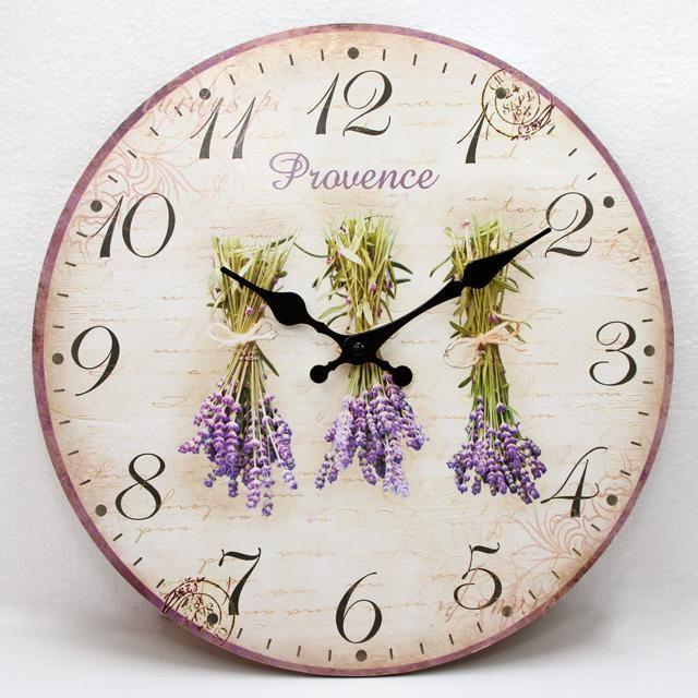 Nástěnné hodiny se zavěšenou levandulí
