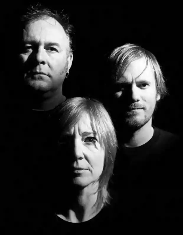 Composição: Adrian Utley / Beth Gibbons / Geoff Barrow Ohh, can't anybody see We've got a war to fight? Never found our way? Re...