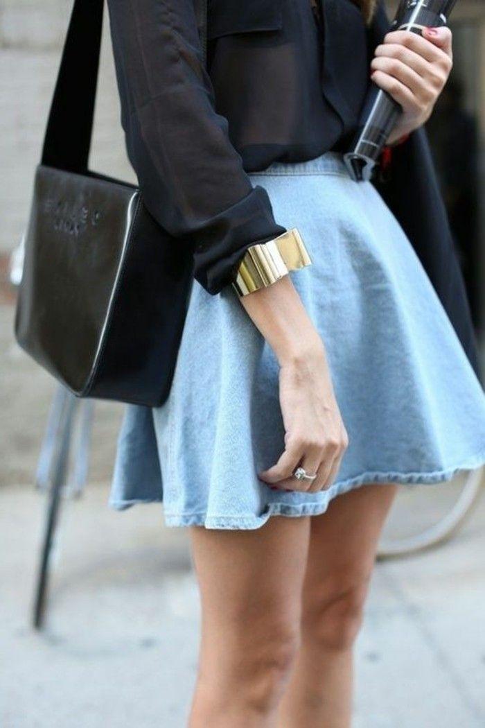 jupe courte en denim bleu clair, sac a dos en cuir noir