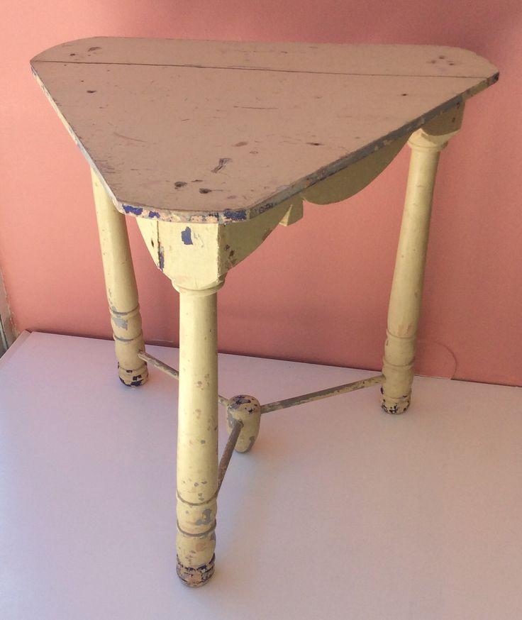 vintage puupöytä . korkeus 51cm . leveys 53cm . syvyys 48cm . @kooPernu