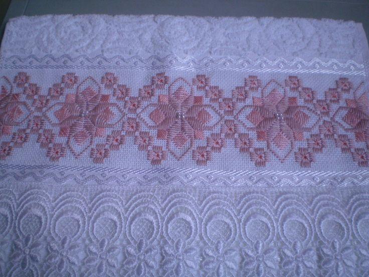 Marca: Karsten, 99% algodão e 1% viscose Medida: 33 x 50cm Cor:branca (melina) Trabalho: ponto reto O bordado pode ser feito na cor que o cliente desejar Cores de toalhas disponíveis; branca e creme