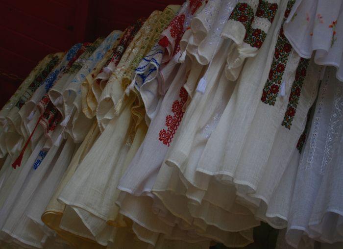 linen clothes   http://prinochideturist.wordpress.com/2013/07/12/traditii-romanesti-romanian-traditions/