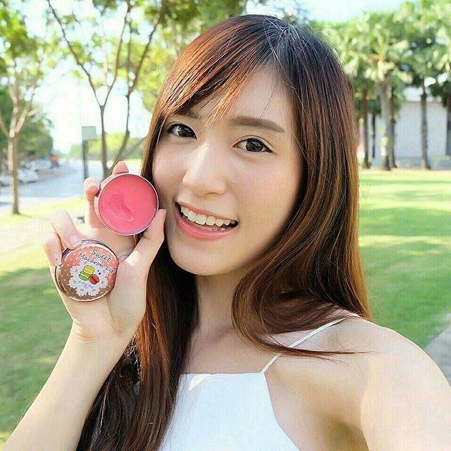 """Sweet Macaroon Lipbalm with SPF 15 PA+++ by LITTLE BABY  Menampilkan bibir yang tampak sehat, Mengembalikan bibir yg hitam menjadi pink. Melindungi dari radikal bebas, mencegah kerutan dan menguatkan kulit bibir. Kandungan minyak alami mengunci kelembapan, menutrisi dan meregenerasi lapisan epidermis dan mencegah kekeringan dan pecah-pecah.  KANDUNGAN: 💋Coenzyme Q10 (Ubiquinone) Menetralisir radikal bebas yang menjadi penyebab penuaan kulit. Mencegah kerutan dan menguatkan kulit bibir…"