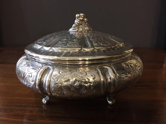 Caja Alemana de plata repujada S.XIX.  Preciosa Caja Alemana de plata repujada S.XIX. Mide 14 cm de diámetro , 8.5 cm de altura tapada y pesa 210 gramos.