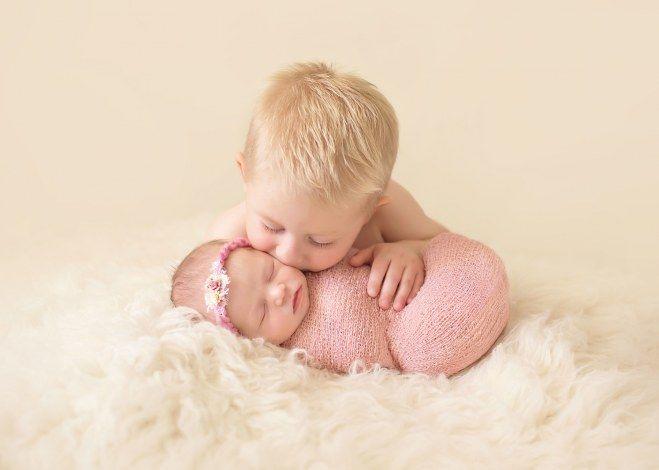 Le bisou du grand frère. Bonheur d'être grand frère...une tendre photo de nouveau-né. Jolie fratrie