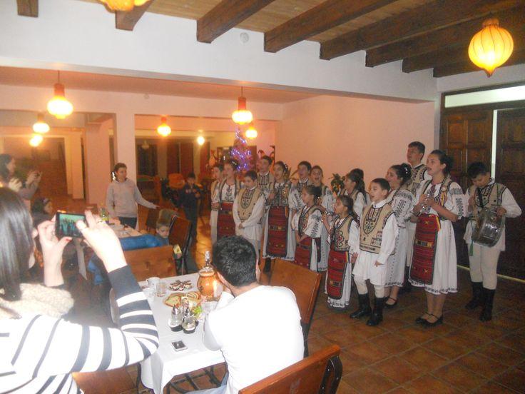Han Curtea Veche Bran - Only4Booking.com    https://only4booking.com/vacation.php?hyid=WFqd&dk=V1w. Un salon elegant cu o capacitate de pana la 100 locuri adecvat pentru evenimentele importante din viata dv-botez,nunta,aniversari,etc cu o bucatarie axata pe traditia culinara transilvana cu produse eco si slow food din care nu lipsesc gulasul la ceaun,bulzul ciobanesc pe gratar,mielul la protap ,borsul de miel .plcintele cu branza si stafide,cozonacul proaspat scos din cuptor.