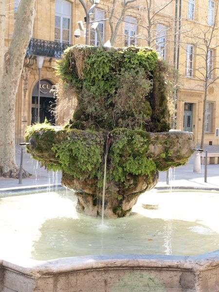 Cours Mirabeau à Aix et ses fontaines mousseuses