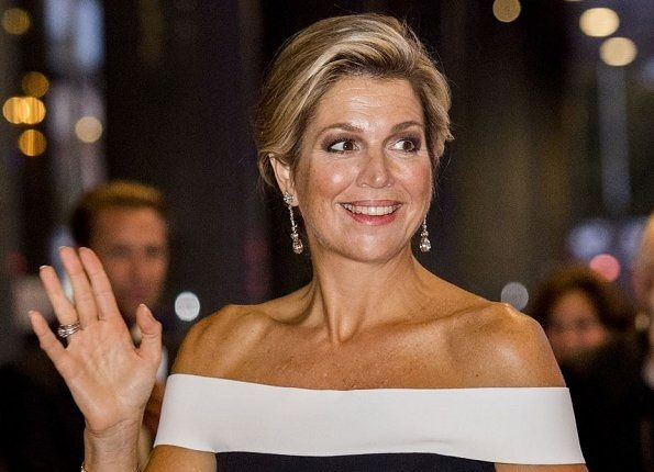 In the evening of September 14, 2017, Dutch Queen Maxima attended the opening of the new season of Royal Concertgebouw Orchestra (RCO) at Concert Hall (Concertgebouw) in Amsterdam. The Royal Concertgebouw Orchestra is a symphony orchestra in Netherlands. It is considered one of the world's leading orchestras. Queen Maxima wore a black-white coloured Danielson jumpsuit by Roland Mouret.