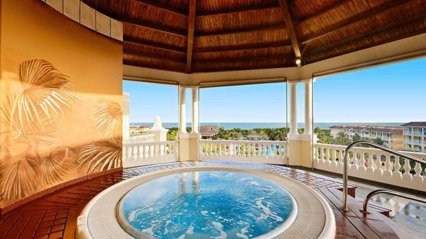 Das 5-Sterne-Hotel IBEROSTAR Laguna Azul auf Kuba bietet Luxus und Wellness für wenig Geld.