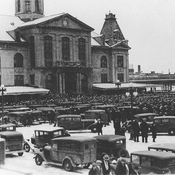 Rassemblement au Marché Maisonneuve en 1935 pour Camillien Houde. . Archives de Montréal P146-2-2-D2-P002 . . #514 #mtl #yul #montreal #montréal #montréaljetaime #streetsof514 #montreallife #cinqcentquatorze #mtlmoments #375mtl #archives #history#archivesmtl #vintage #Hochelaga #Hochelag  #Maisonneuve