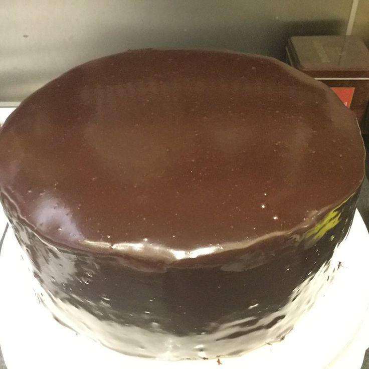 Minap megtetszett a pintereszten nézelődve a csokoládé glazúr. Olyan fényes olyan sima olyan szép:-) A videót végignéztem, szuper nem lesz vele gond, van itthon minden, nem is nagy mennyiség kell t…
