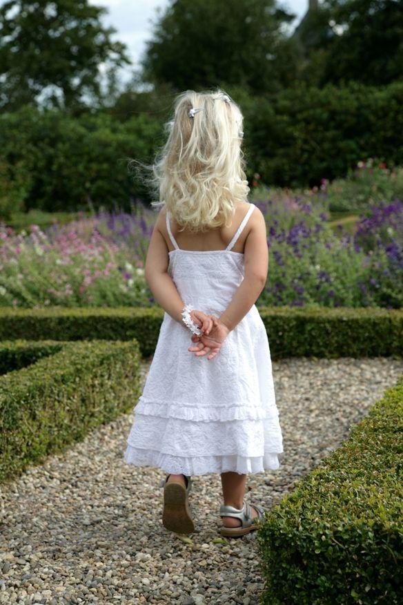 Bruidsmeisjes in leuke en comfortabele kleren waar ze lekker in kunnen spelen