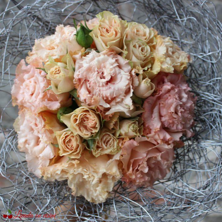 #pick #champagne #romantic #composite #wedding #bride #bouquet #madewithlove #madewithjoy #livadacuvisini #paulamoldovan #lace #embroidery #scent #scentoftheday #scentofthemoment #scentofawomen #idoflowers #weddingflowers #flowers #florinunta #bucuresti #floral #design #floraldesign