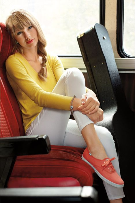 Taylor Swift looking cute. solid colored shirt, white skinnies, and colorful sneakers! casual and adorable!