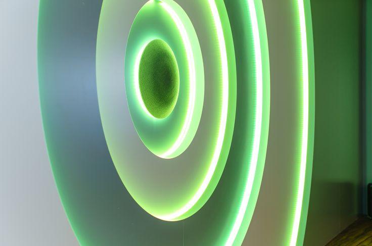Als eye-catcher een speakerwand welke op maat gemaakt met naar wens in kleur in te stellen RGB-Led's