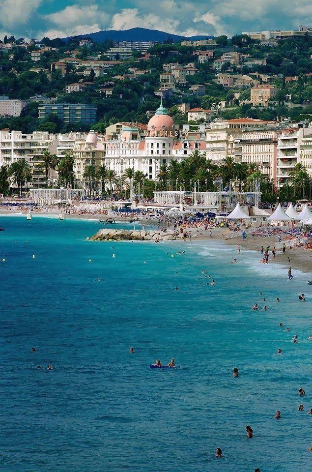 Cannes... Je me suis baignée a cette plage... Que de souvenirs!