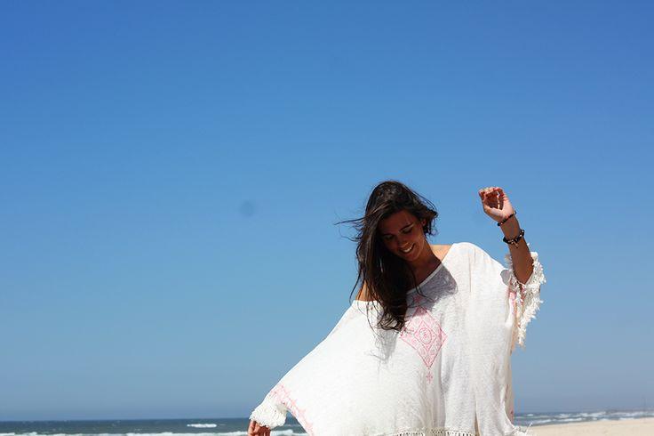 Fly poncho da ESS numa praia do Norte por uma das nossas bloggers preferidas, a The French Fries. Descobre-o aqui: http://ericeirasurfshop.pt/t-shirt-ericeira-surf-shop-fly-off-white-4.html #viveosonho #thefrenchfries #ESS