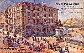 1907 - Η πρώτη κατασκευή με οπλισμένο σκυρόδεμα. Μέχρι το 1912 ονομαζόταν ξενοδοχείο '' ΓΕΩΡΓΙΟΣ ''. Μετά και μέχρι το 1926 '' ΙΛΙΟΝ PALACE ''. Από το 1926 - 1933 '' ΣΠΛΕΝΤΙΤ ''. Το 1950 προσετέθησαν ακόμα δύο όροφοι, ανακαινίστηκε εξωτερικά κι' εσωτερικά και ονομάστηκε '' ATHENEE PALACE ''. Αρχιτέκτων ο Εμμανουήλ Βουρέκας.