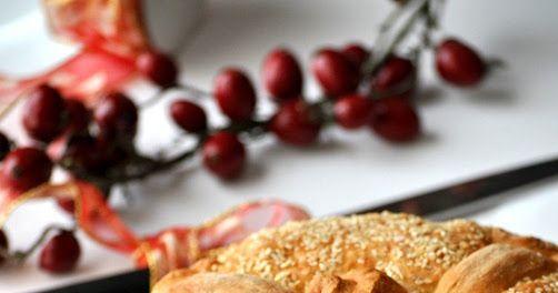 Οι παραλλαγές του πολλές!!!! Πολύπλοκες αλλά και πιο απλές συνταγές για το πιο όμορφο έθιμο των Χριστουγέννων. Ζυμώνεται την παραμονή και αφ...