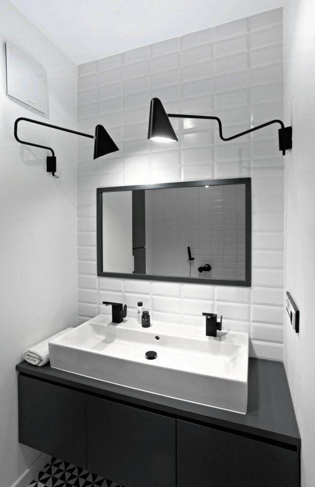 Stylowy i nowoczesny kącik. Bardzo mała łazienka nie musi być brzydka. Przeciwnie - może stanowić najatrakcyjniejsze pomieszczenie w naszym domu czy mieszkaniu. Cała łazienka została pomalowana na biało, gdzie tylko dwie przeciwległe ściany pokryte są białymi kafelkami. Na jednej znajduje się natrysk prysznicowy, a po drugiej - lustro, zlew i dwie ruchome lampy. Wszystkie dodatki są w kolorze czarnym, tworząc idealny kontrast. #biało #czarna #mała #łazienka ##czarna ##lampa