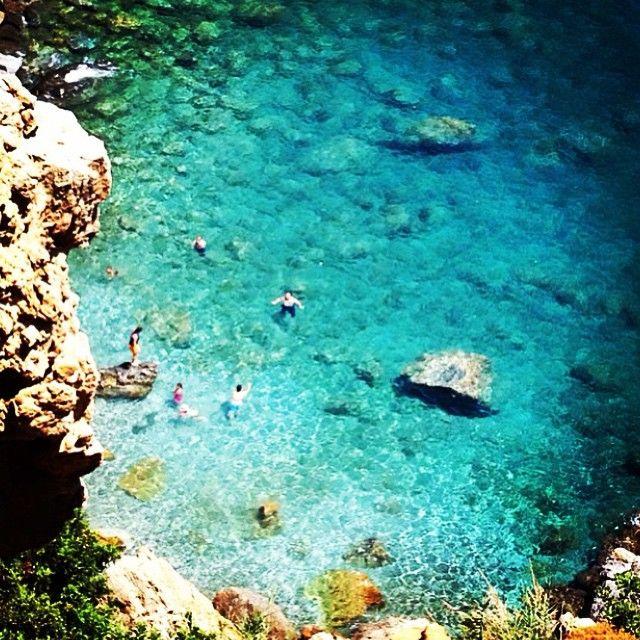 """Gazipaşa ilçesinde bulunan Koru Sahili Doğal Havuzlar Koyu, denizin içindeki doğal havuzlarıyla ilgi topluyor. Halk arasında """"yalı taşı"""" olarak adlandırılan kayaların şekillendirildiği koyun denizi için en güzel zamanları, Mayıs, Haziran ve Eylül ayları olarak biliniyor. Tüm plajların kumluk olduğu bölgede, yaklaşık 2 km uzunluğundaki Koru Plajı yaklaşık 150 metrelik bir genişliğe de sahip. Caretta Caretta'ların doğal koruma ve yumurtlama alanı olan sahil."""