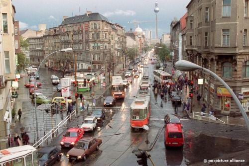 Mitten im alten Berlin: 1993 zwischen Friedrichstraße und Hackeschem Markt die traditionsreiche Oranienburger Straße. Im Hintergrund die Kuppel der im Wiederaufbau befindlichen Neuen Synagoge (l.)