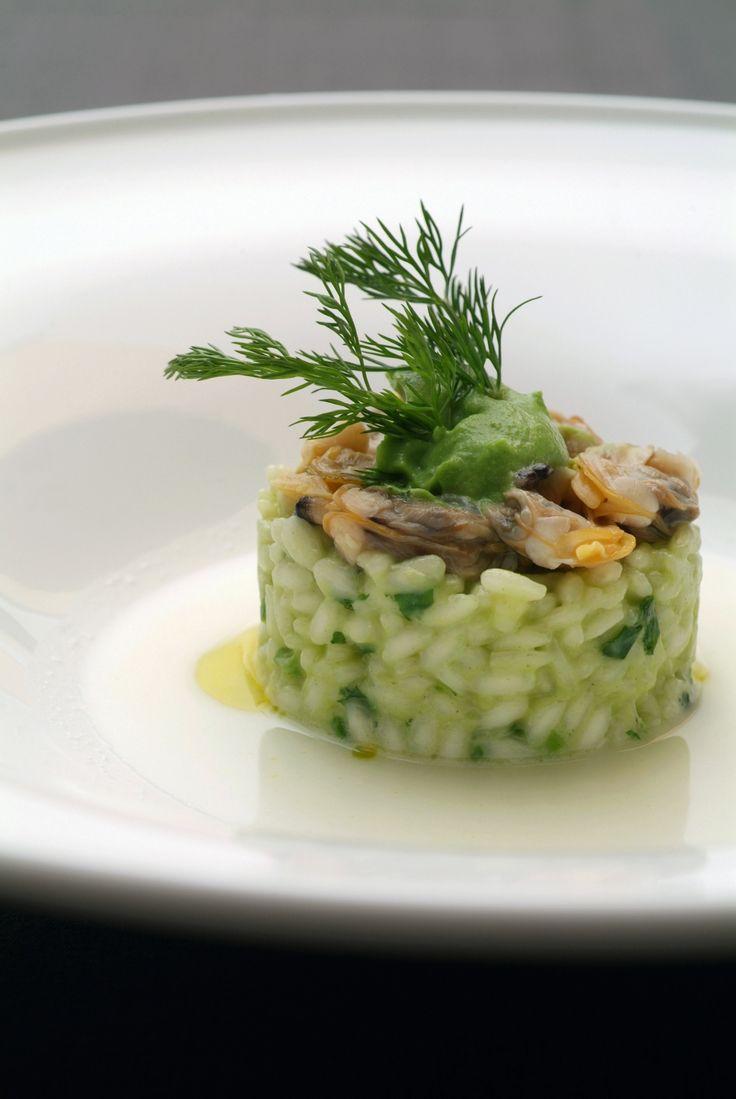 Per la purea di broccoli Sbollentare in acqua salata le cime dei broccoli e raffreddarle in acqua e ghiaccio. Soffriggere l'aglio